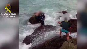 La Guardia Civil rescata a una treintena de inmigrantes tras zozobrar una embarcación en Tarifa