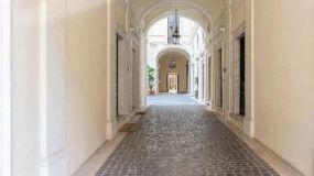 Nueva excentricidad del padre de Paris Hilton: subastará una mansión en criptomonedas