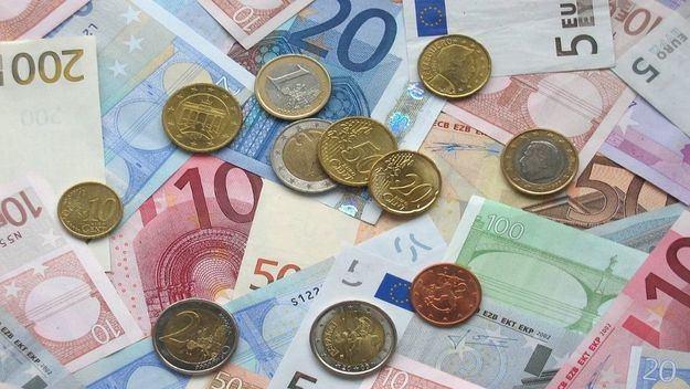 La OMS insiste en que no hay evidencia científica de que el coronavirus se transmita por el dinero en efectivo