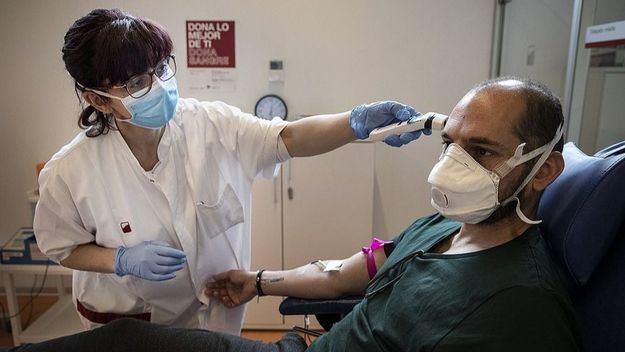 Las administraciones olvidan la crisis sanitaria y vuelven a cerrar camas este verano