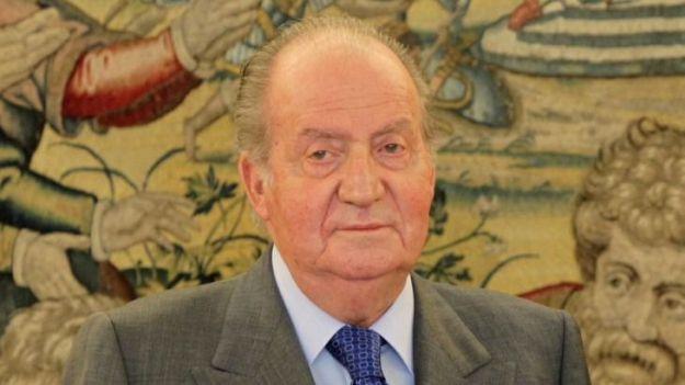 Juan Carlos I cede a la presión y anuncia que abandona España