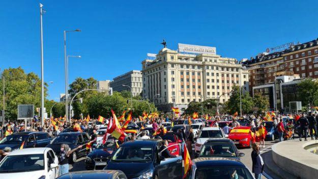 Miles de personas secundan las marchas convocadas por Vox contra el Gobierno