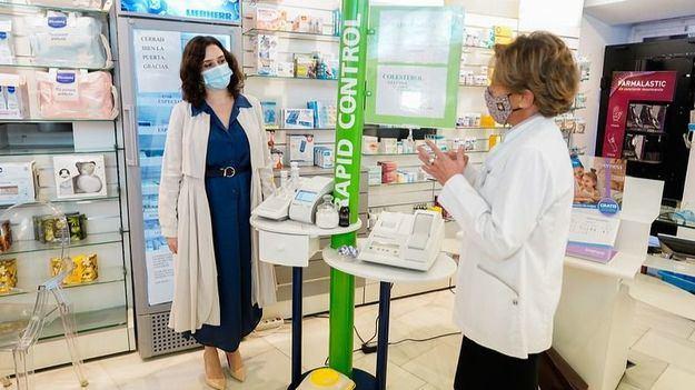 Ayuso intenta por la vía europea que las farmacias puedan hacer test de Covid-19