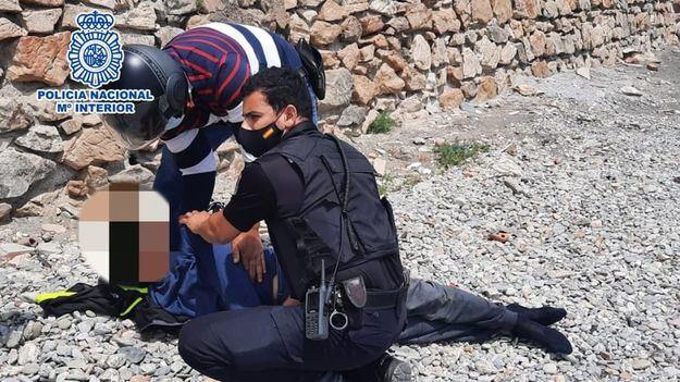 La Policía Nacional logra reanimar a un joven inmigrante marroquí ahorcado