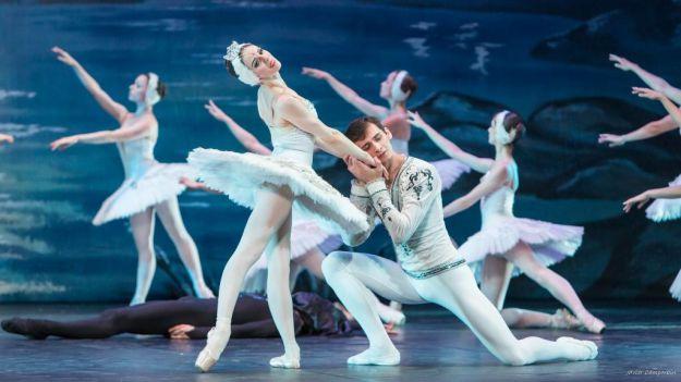 La mejor danza inunda la Gran Vía madrileña con 'El lago de los cisnes'
