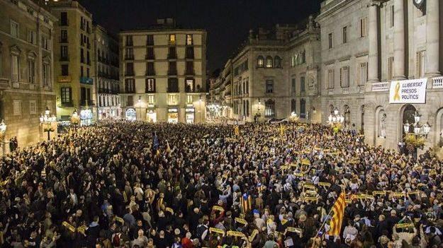 Puigdemont no frena e intenta convencer al mundo del desafío independentista