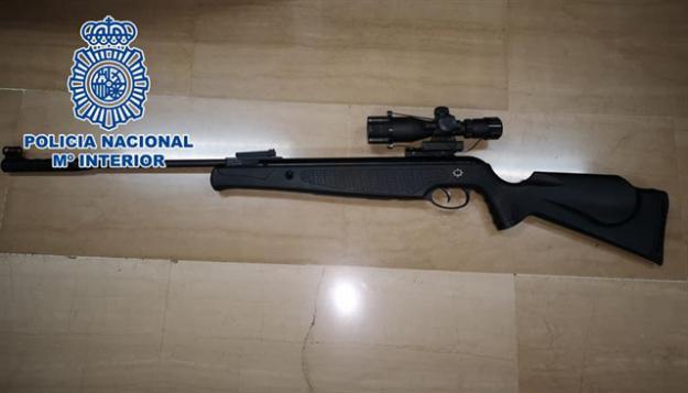 Utilizaba un rifle de aire comprimido para disparar a sus vecinos
